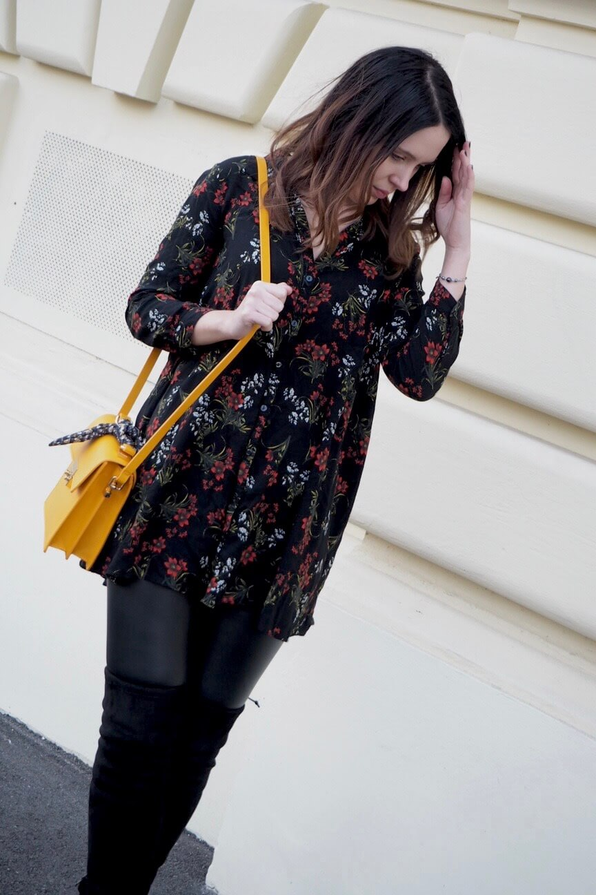 Outfit dark floral print and overknees