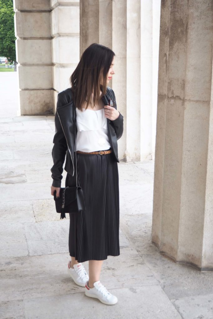 Outfit Plissee Skirt & Sneaker