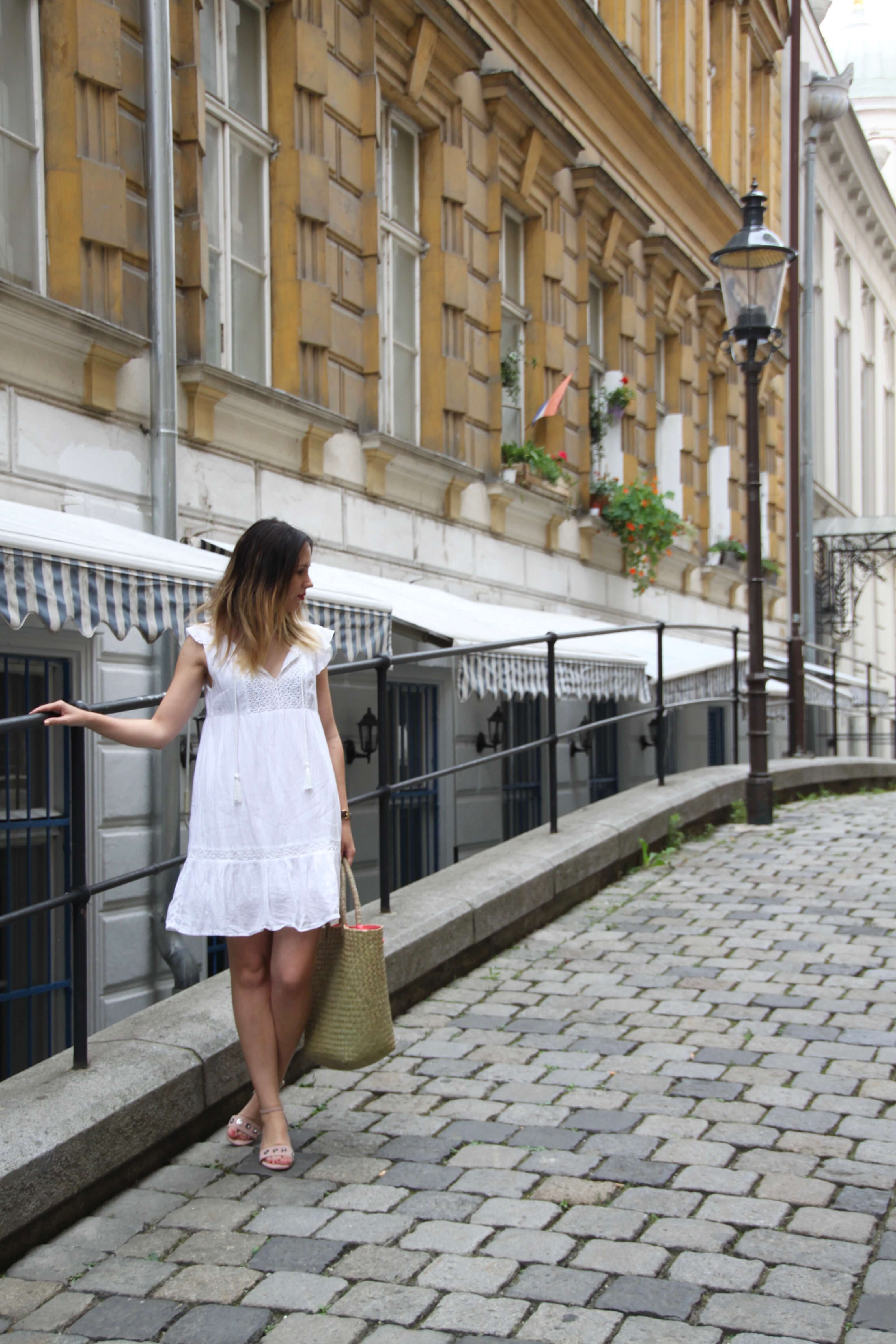 Summeroutfit white dress and straw bag