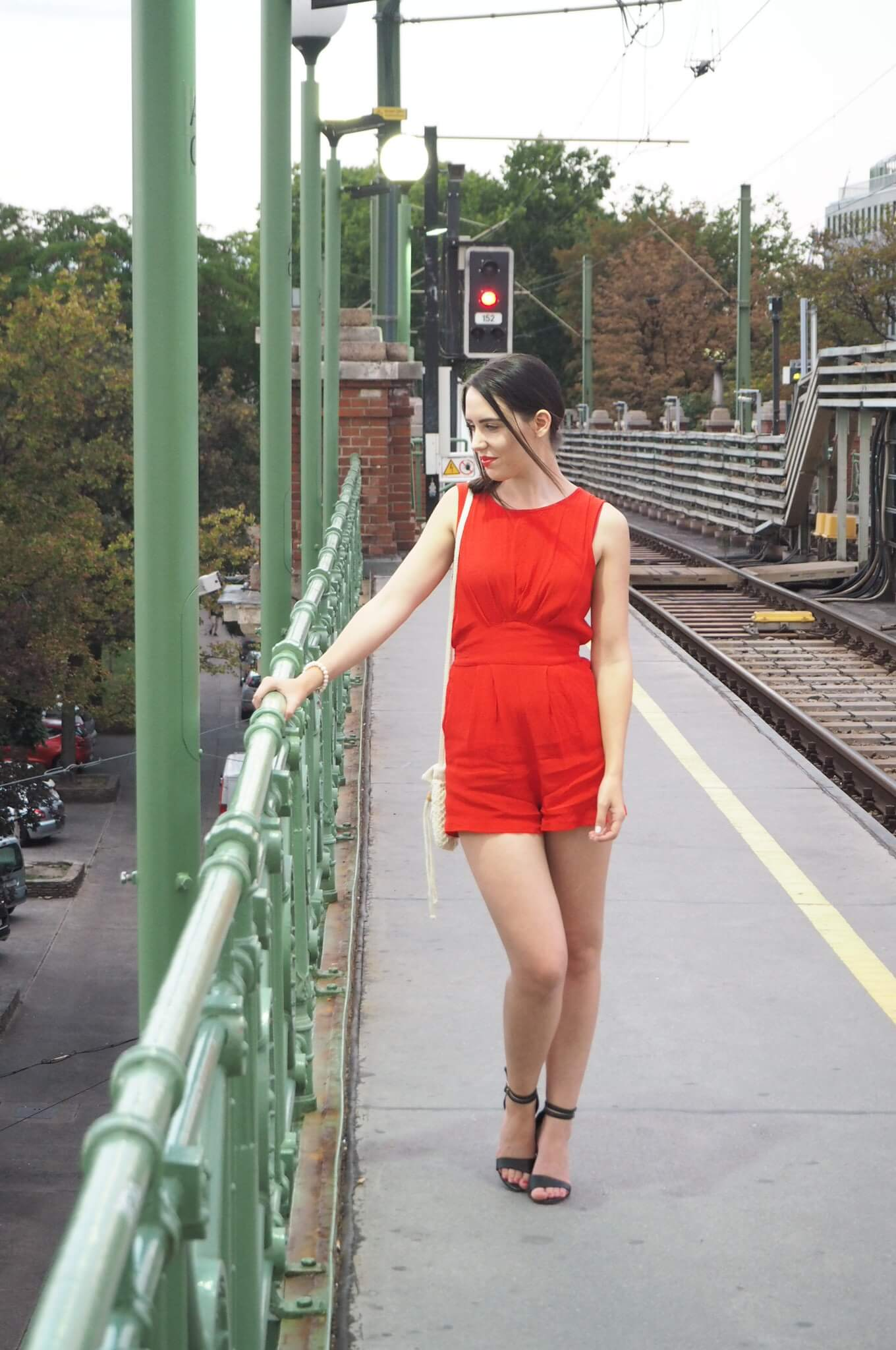 Roter kurzer Jumpsuit Outfit