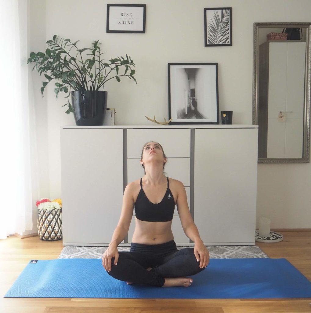 Nacken entspannen Yogaübung