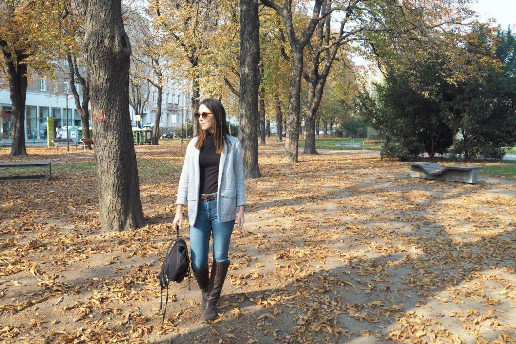 Herbstoutfit mit Stoffblazer und Stiefel