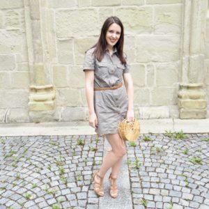 Outfit mit Handtasche aus Bambus im Cult Gaia Style