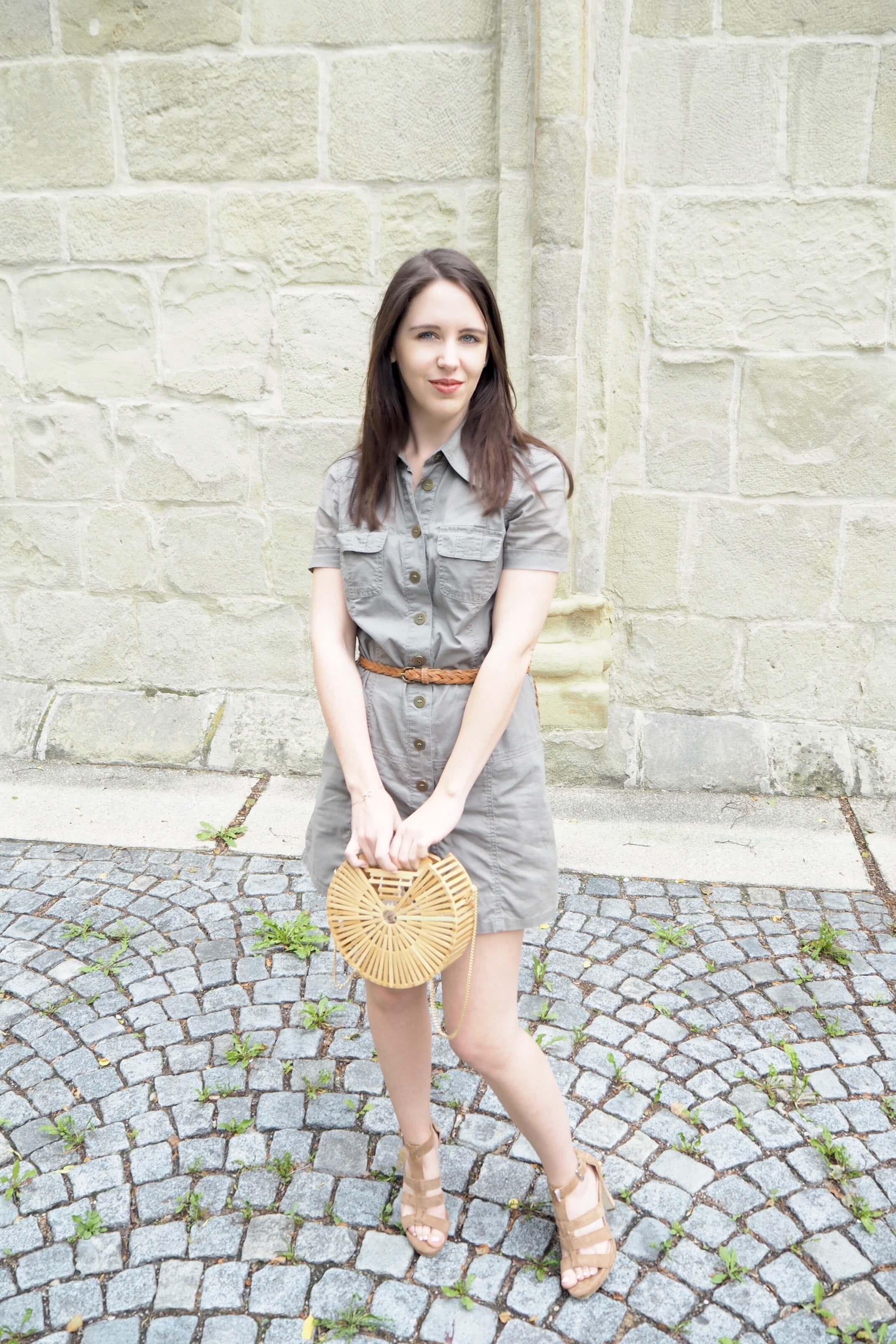 Sommerkleid und Handtasche aus Holz