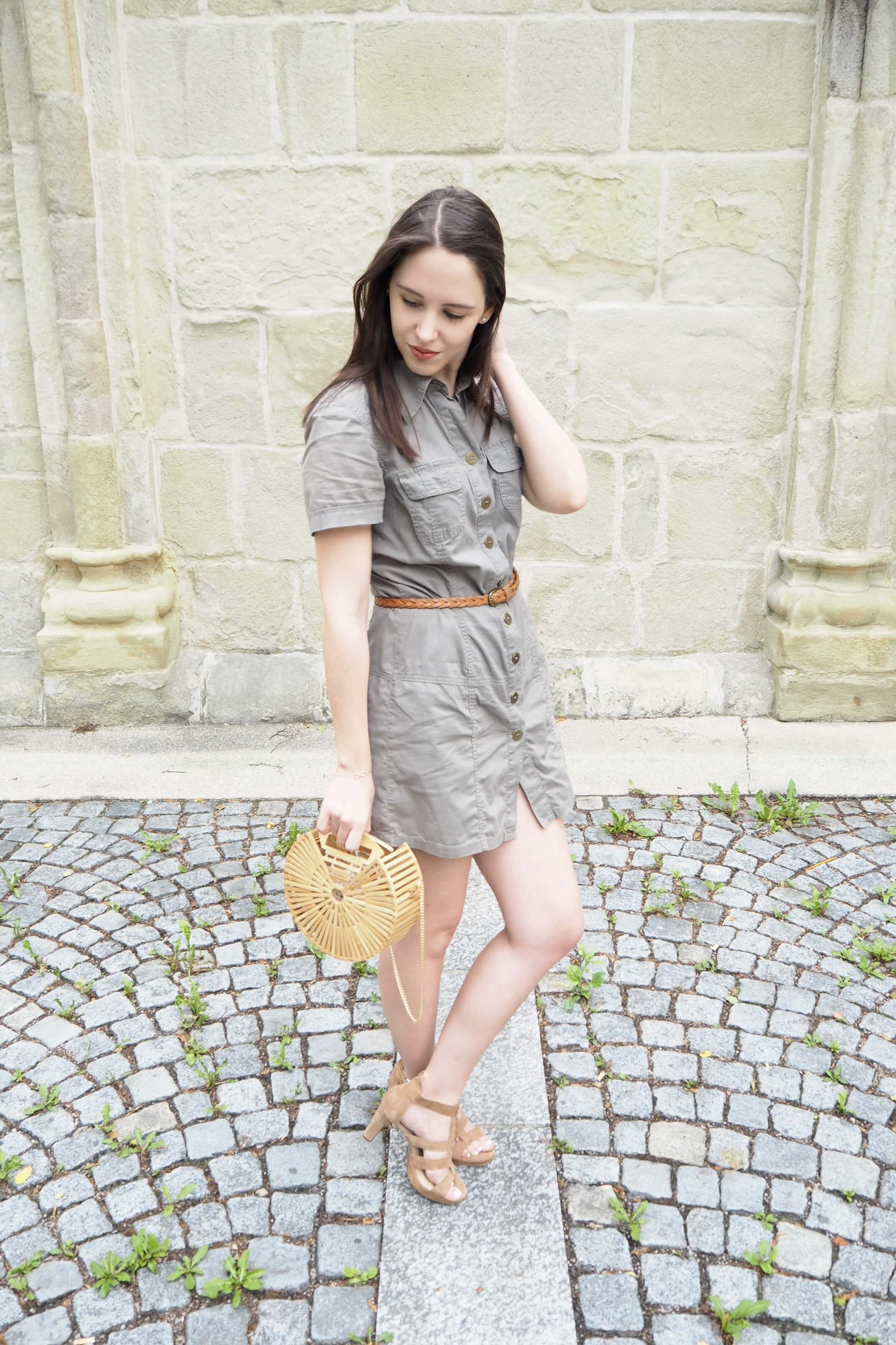 Sommeroutfit mit Handtasche aus Bambus
