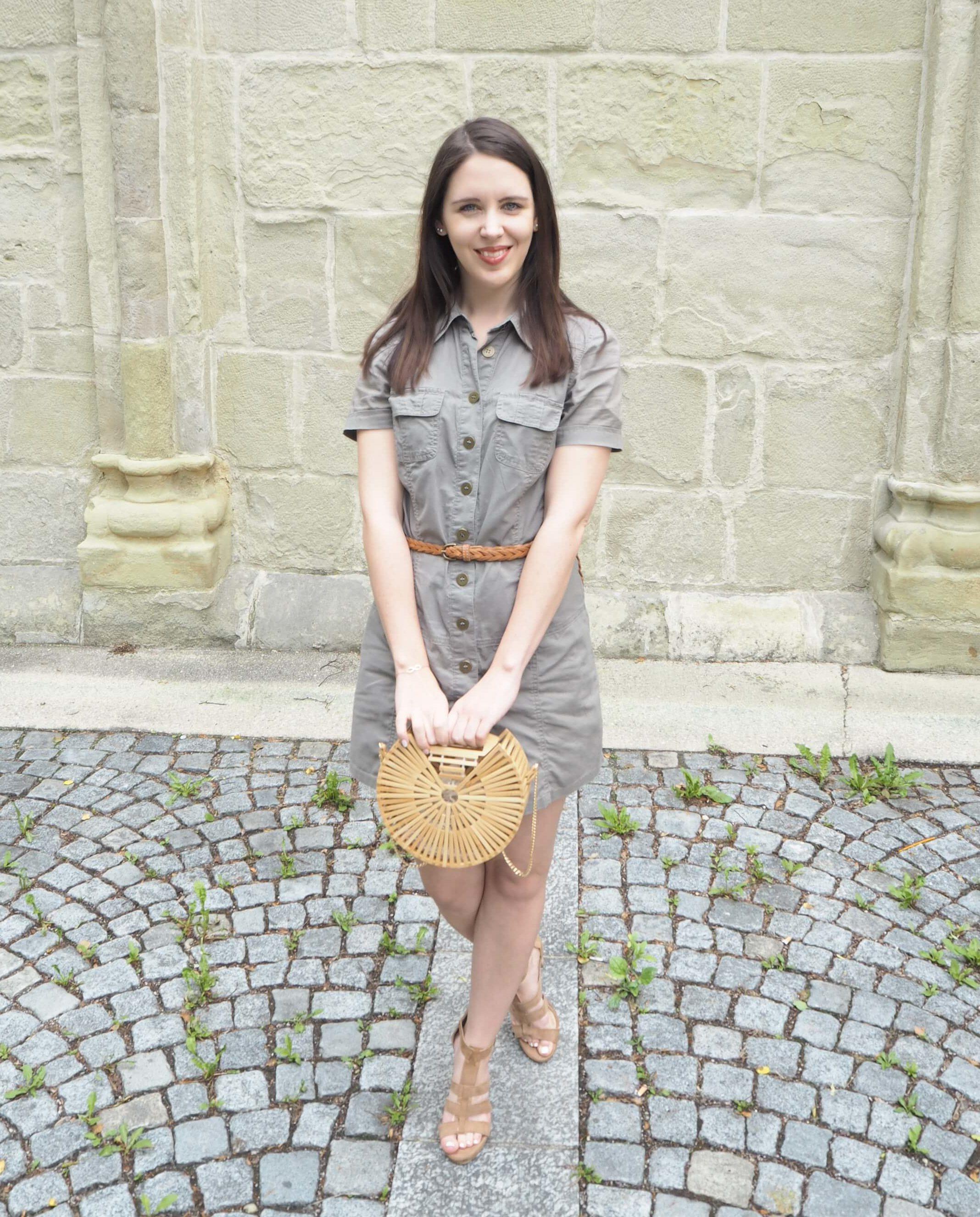 Sommeroutfit mit Handtasche aus Holz im Cult Gaia Stil