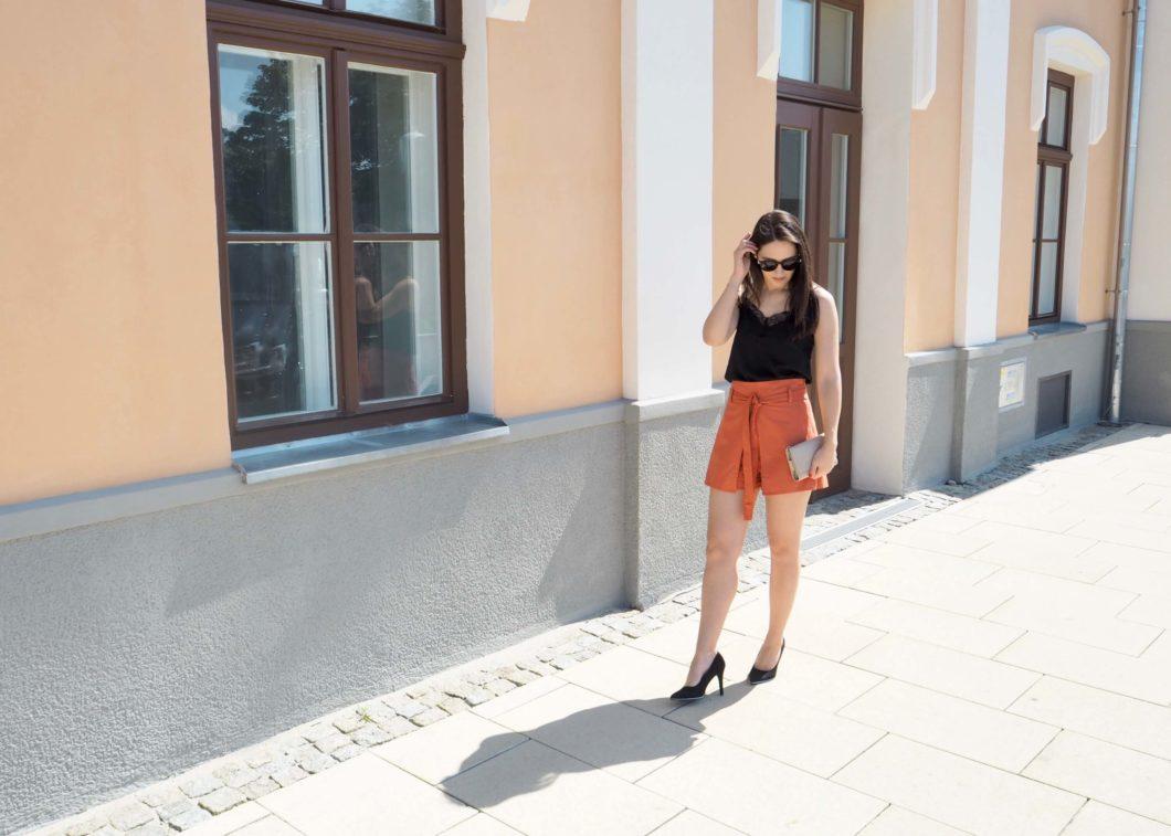 Outfit mit der Trendfarbe Orange