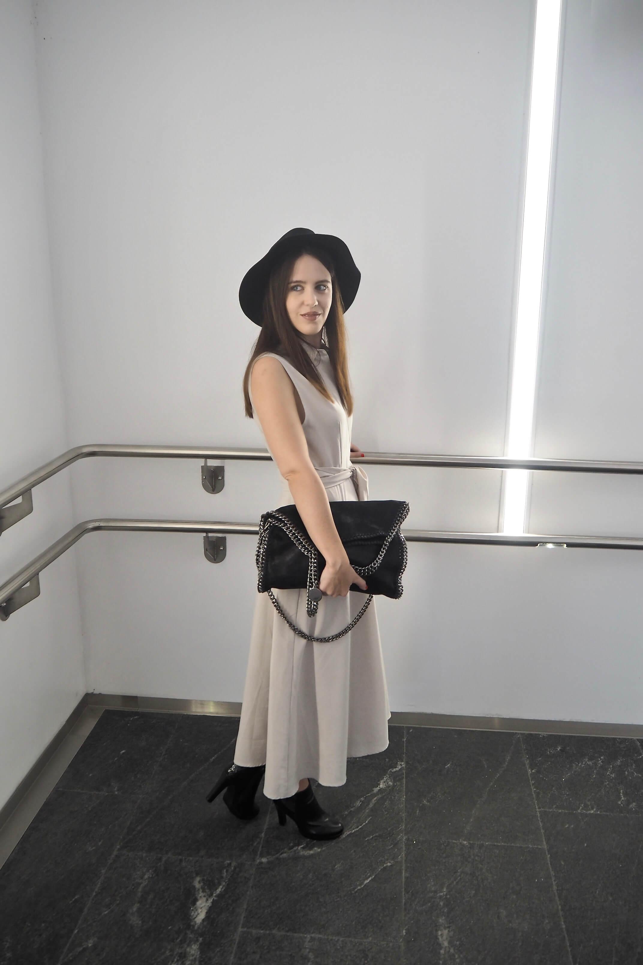 beiges Kleid mit Hut